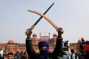 عکس/ شمشیر کشی یک کشاورز معترض هندی