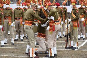 عکس/ غش کردن یک سرباز در مراسم روز هند