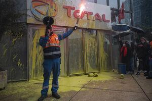 عکس/ تجمع اعتراضی کارگران توتال در پاریس