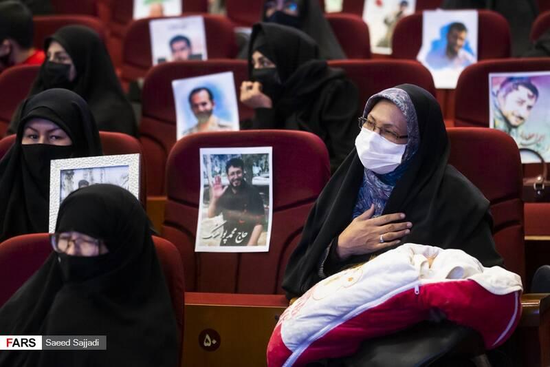 خانواده شهدای مدافع حرم فاطمیون در نخستین مراسم سالگرد شهادت شهید اصغر پاشاپور