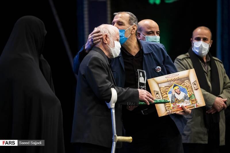 بوسه پدر شهید هادی ذوالفقاری بر پیشانی پدر شهید اصغر پاشاپور درنخستین مراسم سالگرد شهادت شهید پاشاپور