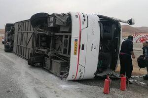 مصدومیت ۱۴ نفر در واژگونی اتوبوس محور تهران قم/ حال ۷ نفر مساعد نیست