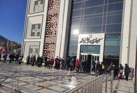 علاقهمندان کتاب در مشهد صف کشیدند + عکس