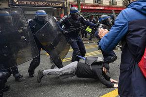 عکس/ یورش پلیس به تظاهراتکنندگان در پاریس