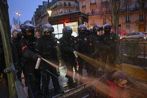 عکس/ هدیه ماکرون به معترضان فرانسوی