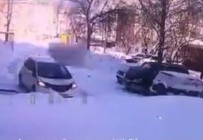 فیلم/ لحظه سقوط دو قطعه یخ روی خودرو