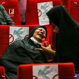 عکس/ بیقراری فرزند شهید زرین هنگام تماشای فیلم «تکتیرانداز»