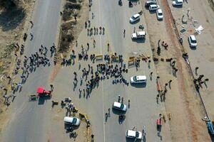 عکس/ مسدود کردن جاده توسط کشاورزان هندی