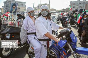 عکس/ شرکت در راهپیمایی با لباس رزمی