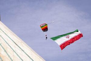 تصاویر ویژه از پرش چتربازان بر فراز آزادی