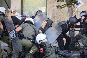 فیلم/ درگیری پلیس یونان با دانشجویان