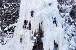 عکس/ بالارفتن از دیوار یخی