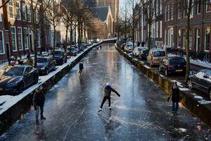 عکس/ ورزش روی کانال آب یخ زده