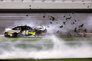 عکس/ لحظه وقوع حادثه در مسابقات اتومبیل رانی