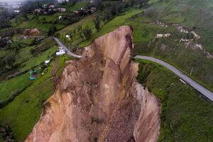 عکس/ ریزش هولناک کوه در اکوادور