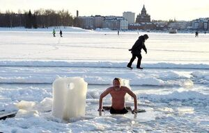 عکس/ آب تنی در یخ!