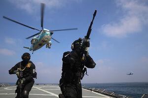 عکس/ اجرای عملیات آزادسازی کشتی ربوده شده