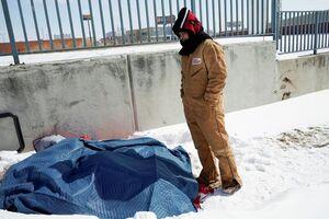 عکس/ وضعیت اسفناک کارتن خوابها زیر بارش برف