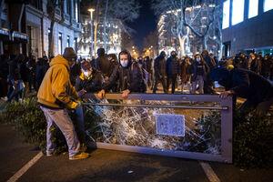 عکس/ یورش پلیس اسپانیا به یک دانشگاه