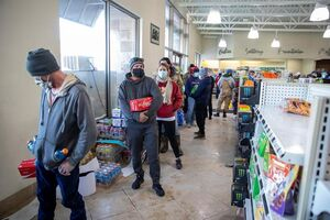 عکس/ صف کشیدن مردم در فروشگاههای خالی تگزاس