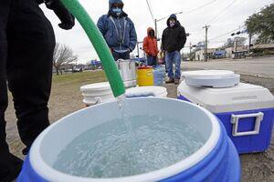 نحوه آب رسانی به مردم گرفتار در برف