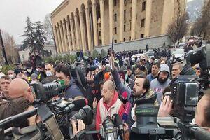 تلاش معترضین برای برپایی چادر در مقابل پارلمان