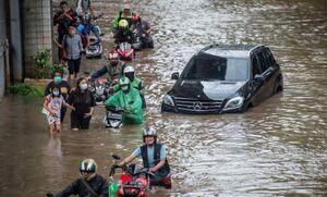 عکس/ گرفتار شدن مردم اندونزی در سیل
