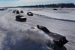 عکس/ مسابقه اتومبیلرانی روی دریاچه یخزده