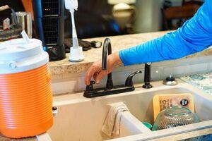 دختری که برای تهیه آب سالم نیازمندان آمریکا کمک جمع میکند