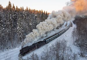 عکس/ عبور قطار از میان کوههای برفی