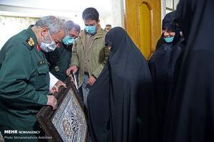 عکس/ دیدار جانشین فرمانده کل سپاه با مادر شهیدان جنیدی
