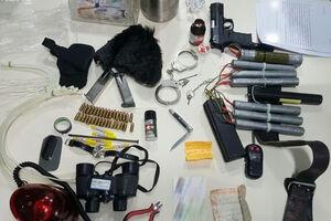 تجهیزات انفجاری کشف شده از فرد تروریست در عوارضی تهران - قم