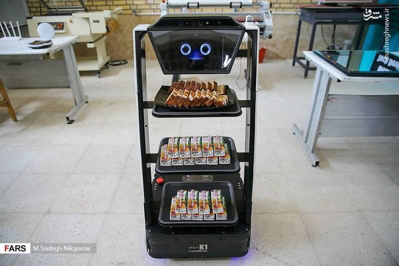 پذیرایی ربات خوش خنده ایرانی از مهمانان +عکس