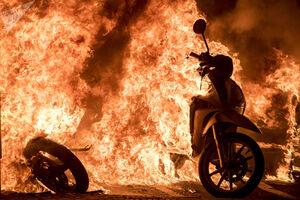عکس/ موتورسیکلت آتش گرفته در آشوب اسپانیا
