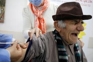عکس/ واکنش جالب افراد موقع واکسن زدن
