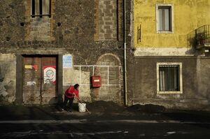 عکس/ جارو کردن غبارهای آتشفشان