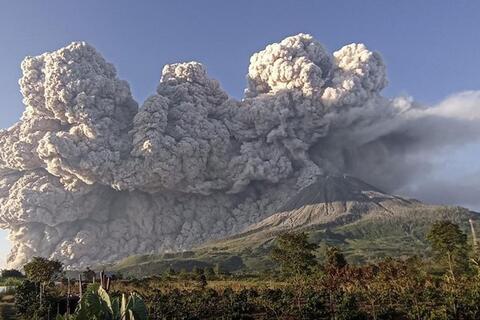فیلم/لحظه مخوف فوران آتشفشان سینابونگ