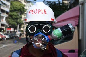 عکس/ ماسک عجیب یک معترض