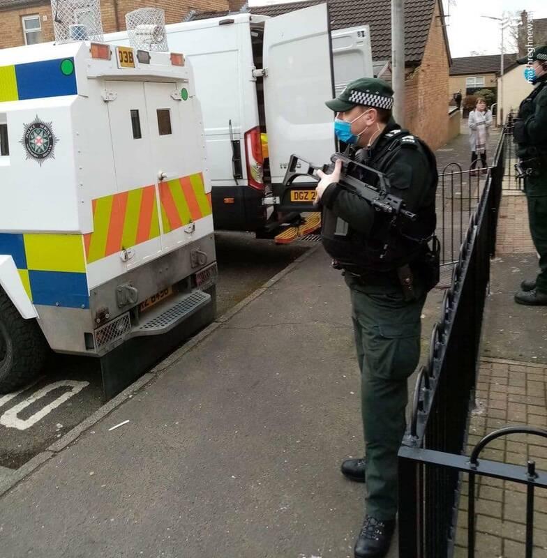 برخورد پلیس با زن باردار مقابل فرزندانش