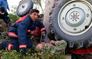 عکس/ واژگونی تراکتور روی یک پیرمرد