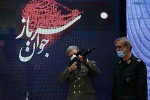 عکس/ دست به اسلحه شدن وزیر دفاع