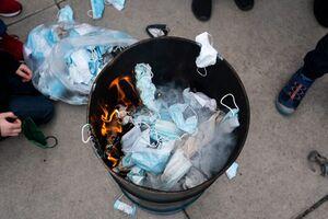 عکس/ سوزاندن ماسک به نشانه اعتراض در آمریکا
