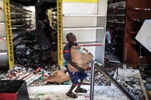 عکس/ غارت فروشگاهی در سنگال توسط یک نوجوان