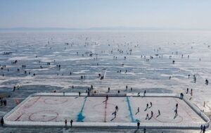 عکس/ پیست هاکی بر روی دریاچه یخ زده