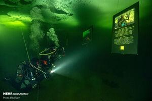عکس/ اولین نمایشگاه نقاشی زیر یخی جهان