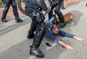 عکس/ ضرب و شتم یکی از معترضان به محدودیتهای کرونایی