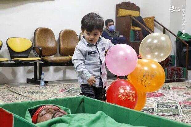 کودک دوساله بر بالین پدر شهیدش +عکس