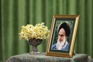 وجود گل نرگس و گلدان سفالی در سخنرانی رهبرانقلاب +عکس