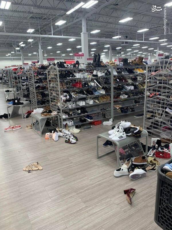 غربیهای متمدن اینگونه کفش میخرند +عکس