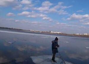 فیلم/ نجات پسر بچه معلق بر روی قطعه یخ